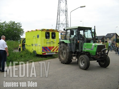 Ambulance vast op grasstrook