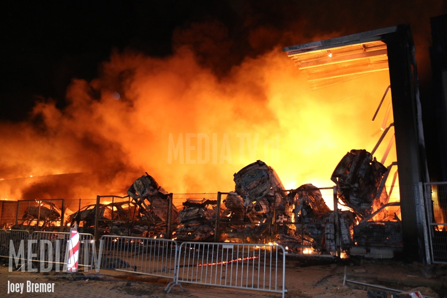 Zeer grote brand GRIP 2 Penders auto's & parts James Wattweg Vlaardingen (video)