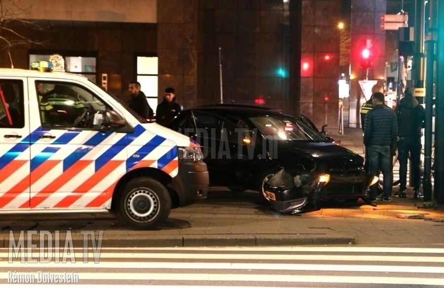Auto botst op paal Weena Rotterdam