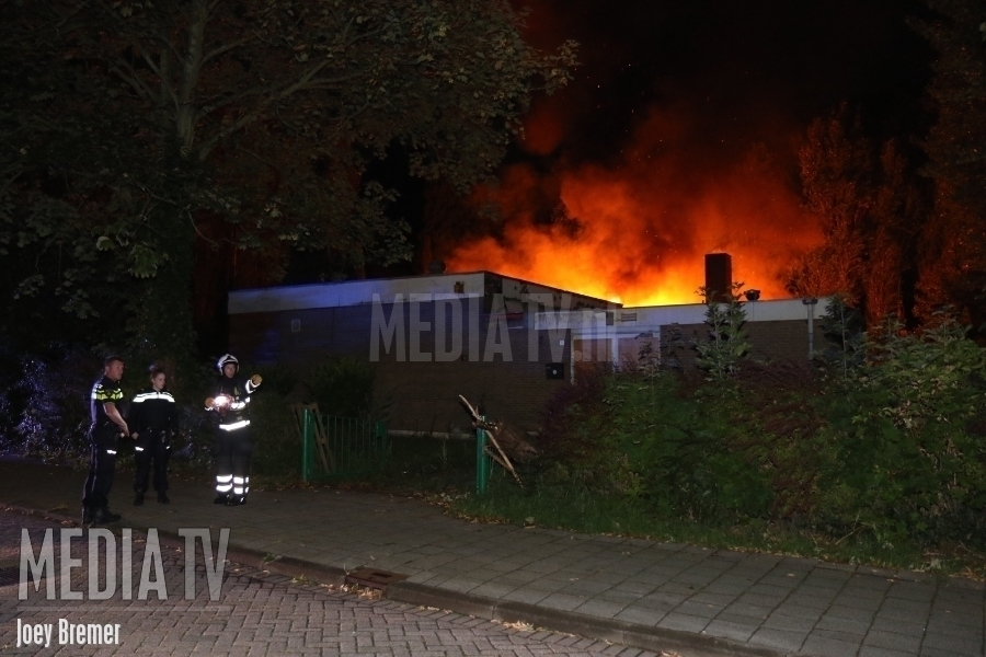 Grote brand in slooppand Traviataweg Hoogvliet (video)