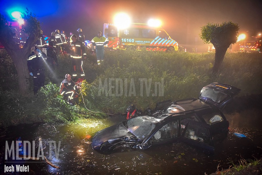 Auto klapt op boom en belandt in sloot op N207 (video)