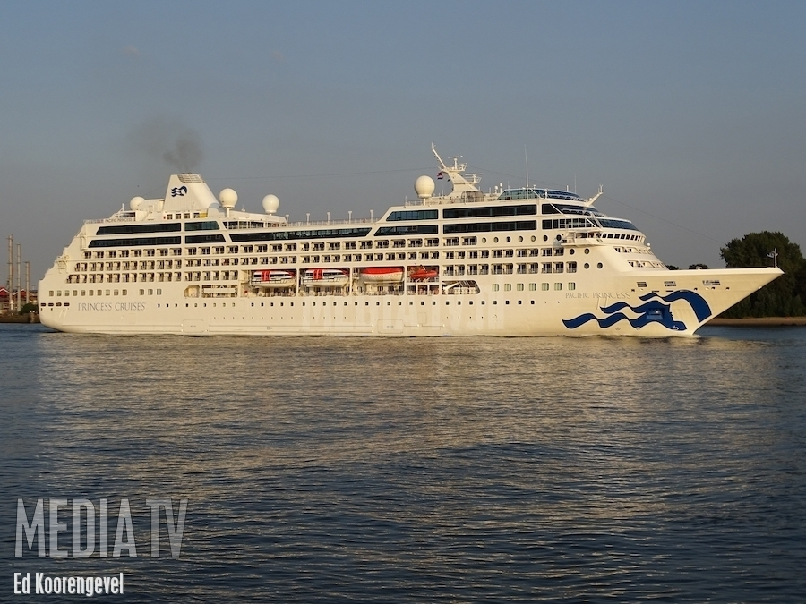 """Love Boat"" Pacific Princess verlaat Rotterdam"