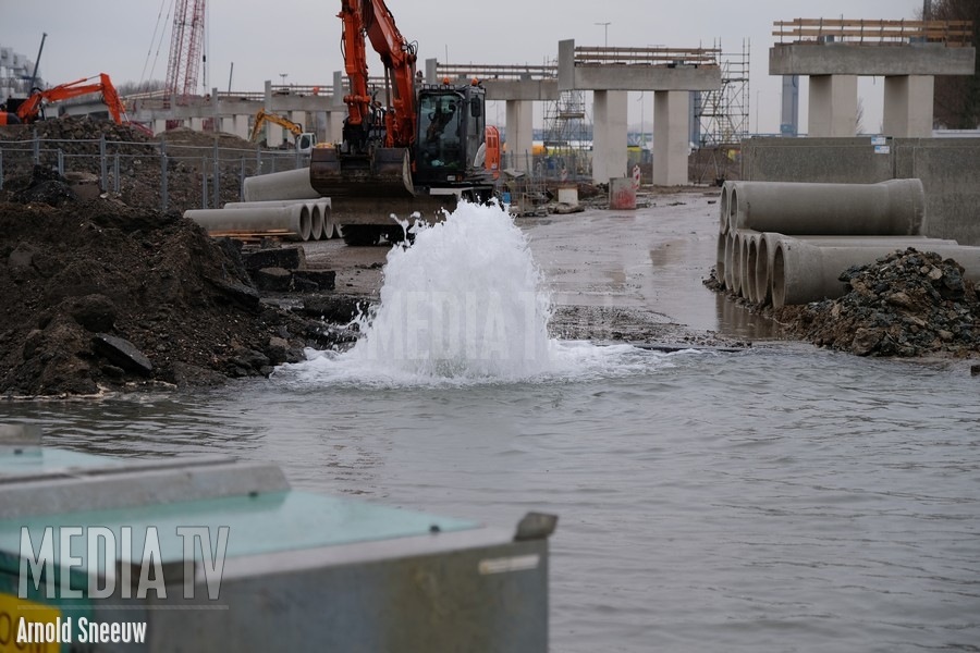 Flinke waterlekkage na gesprongen waterleiding Theemsweg Botlek (video)